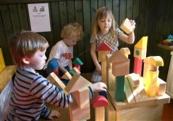 Barnen på Myran leker med de nya ljuddämpande klossarna